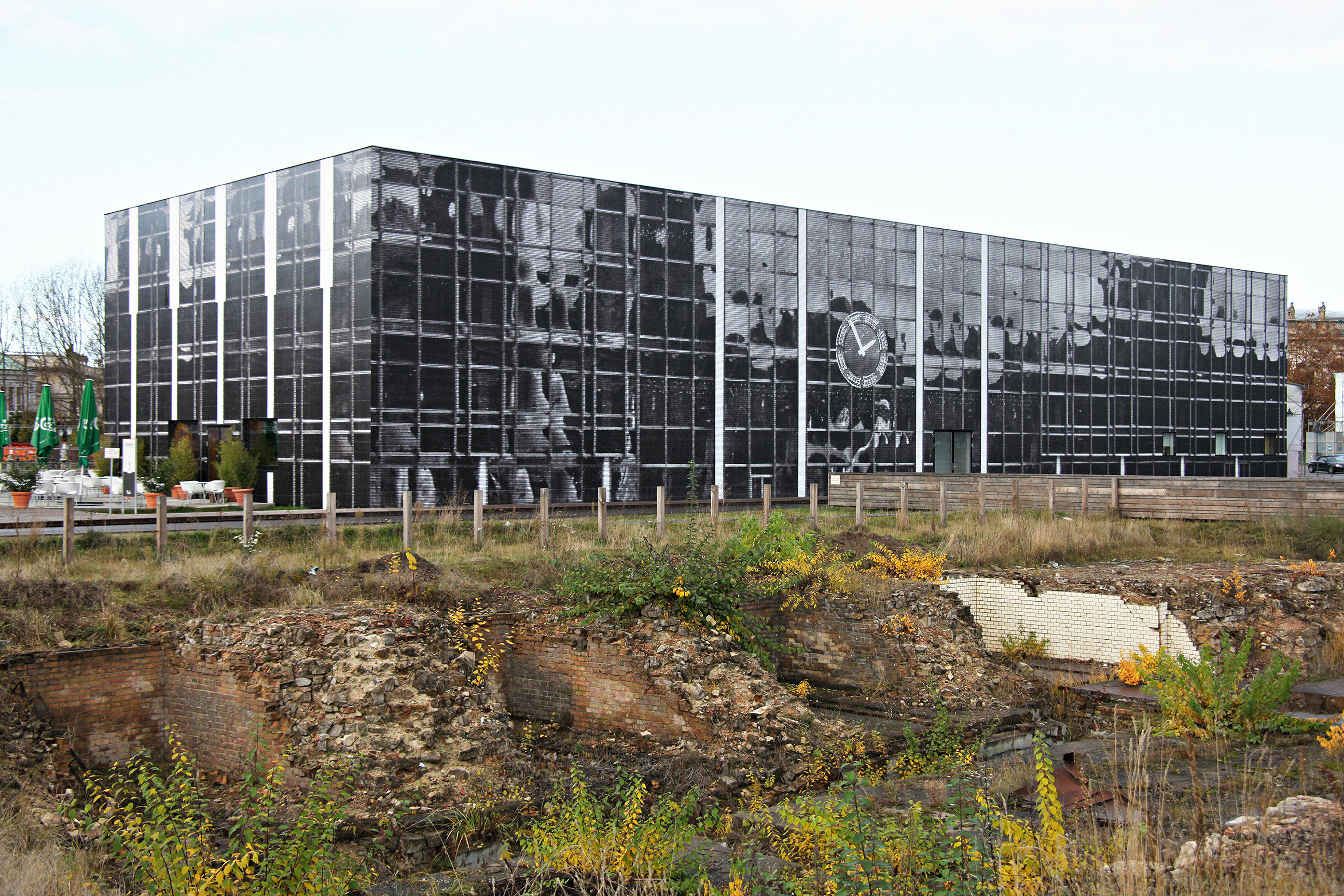 Bettina Pousttchi, Echo Berlin, 2009/2010, 970 paper posters on the facade of Temporary Kunsthalle Berlin, 20 m × 11 m × 57 m. Courtesy: the artist and Buchmann Galerie, Berlin/Lugano; photograph: Bettina Pousttchi
